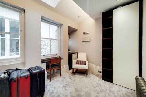 <b>Main Bedroom</b><span class='dims'> 15'3 x 14'2 (4.65 x 4.32m)</span>