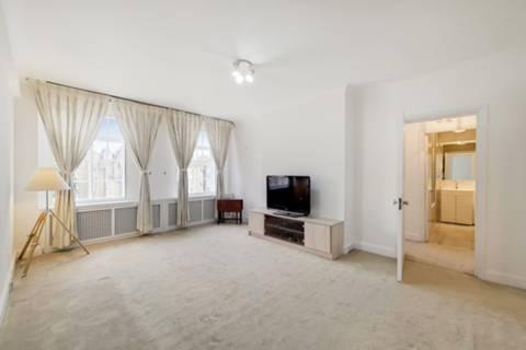 <b>Second Bedroom</b><span class='dims'> 8'9 x 8'8 (2.67 x 2.64m)</span>