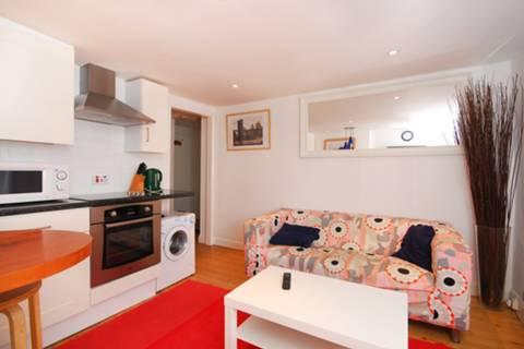 <b>Reception Room/Kitchen</b><span class='dims'> 13'3 x 11' (4.04 x 3.35m)</span>