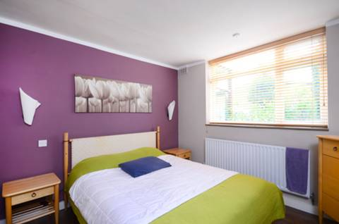 <b>Main Bedroom</b><span class='dims'> 12'6 x 10' (3.81 x 3.05m)</span>