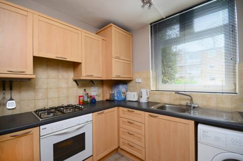 <b>Kitchen</b><span class='dims'> 9' x 7'9 (2.74 x 2.36m)</span>