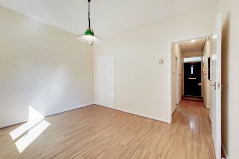 <b>Second Bedroom</b><span class='dims'> 12' x 8'9 (3.66 x 2.67m)</span>