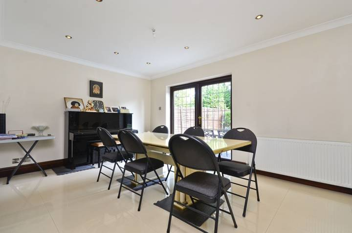 <b>Dining Room</b><span class='dims'> 15&#39;2 x 11&#39;10 (4.62 x 3.61m)</span>