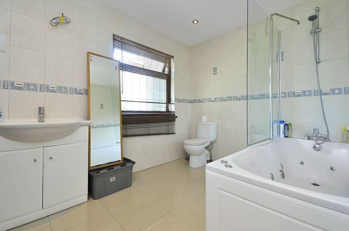 <b>En Suite Bathroom</b><span class='dims'> 11&#39;1 x 10&#39;3 (3.38 x 3.12m)</span>