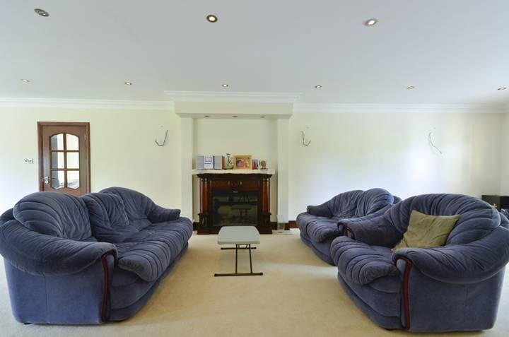 <b>First Reception Room</b><span class='dims'> 41&#39;11 x 17&#39;7 (12.78 x 5.36m)</span>