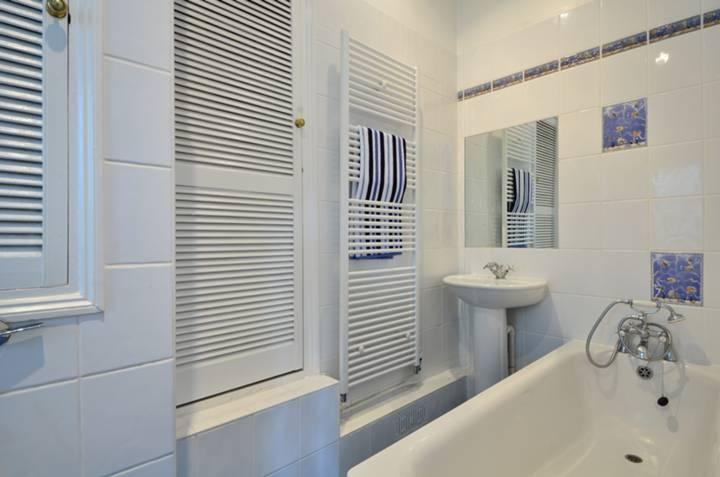 <b>En Suite Bathroom</b><span class='dims'> 10&#39;6 x 4&#39;8 (3.20 x 1.42m)</span>