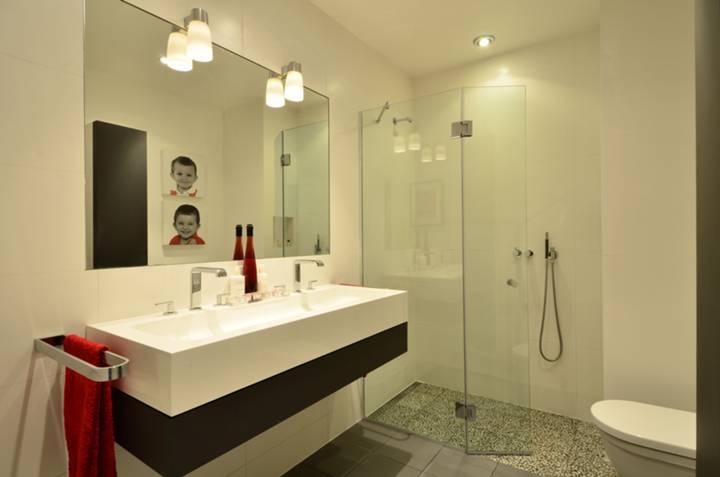 <b>En Suite Shower Room</b><span class='dims'> 9&#39;3 x 6&#39;7 (2.82 x 2.01m)</span>