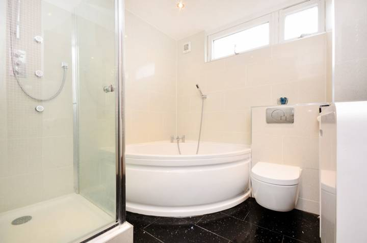 <b>Bathroom</b><span class='dims'> 8' x 7'6 (2.44 x 2.29m)</span>