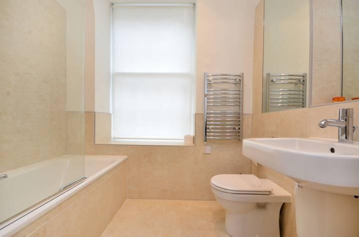 <b>Bathroom</b><span class='dims'> 7'3 x 7'3 (2.21 x 2.21m)</span>