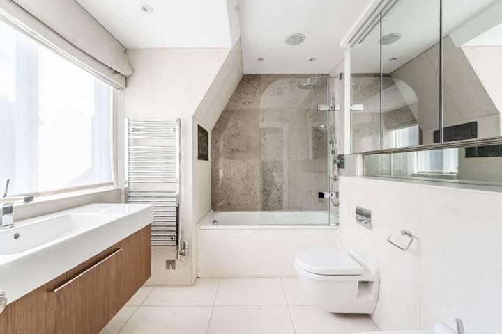 <b>First En Suite Bathroom</b><span class='dims'> 16&#39;7 x 10&#39;1 (5.05 x 3.07m)</span>