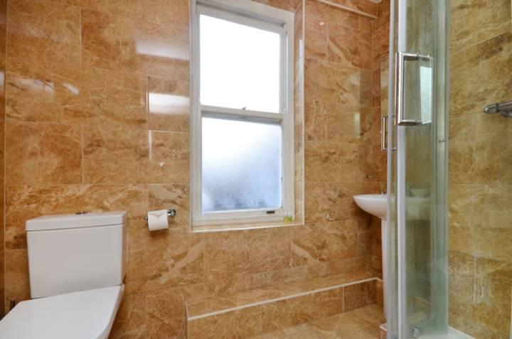 <b>Shower Room</b><span class='dims'> 7'9 x 6'8 (2.36 x 2.03m)</span>