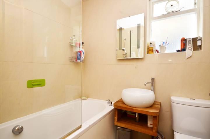 <b>Bathroom</b><span class='dims'> 6' x 4'6 (1.83 x 1.37m)</span>