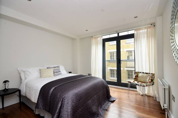<b>Main Bedroom</b><span class='dims'> 12'3 x 10'11 (3.73 x 3.33m)</span>