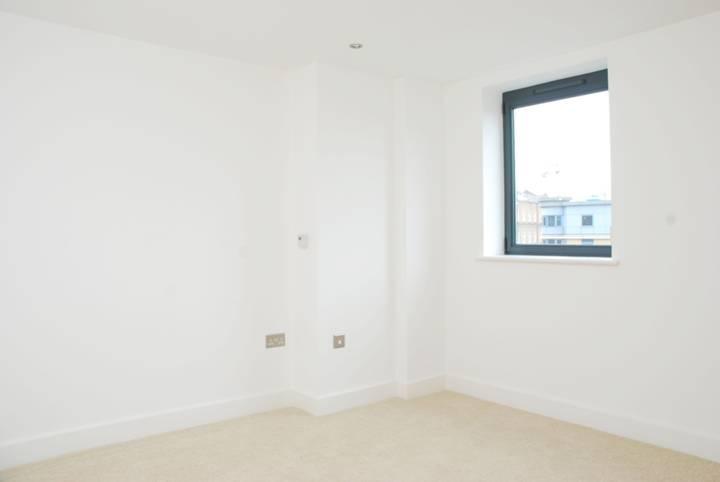 <b>Master Bedroom</b><span class='dims'> 11'6 x 9'6 (3.51 x 2.90m)</span>