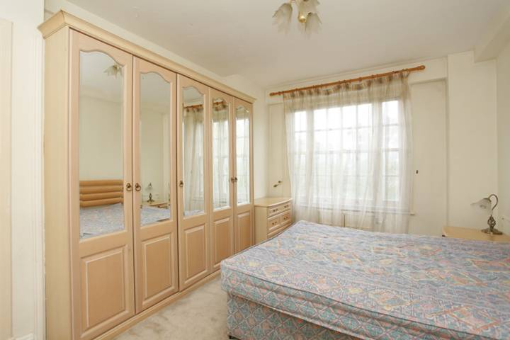 <b>Main Bedroom</b><span class='dims'> 14'9 x 11' (4.50 x 3.35m)</span>