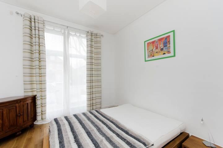 <b>Main Bedroom</b><span class='dims'> 14'5 x 9'11 (4.39 x 3.02m)</span>