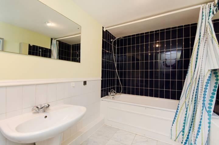 <b>Bathroom</b><span class='dims'> 13'4 x 5'6 (4.06 x 1.68m)</span>
