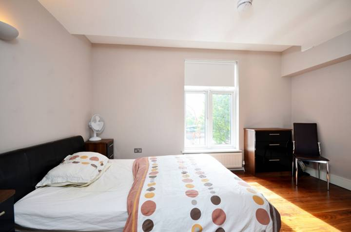 <b>Bedroom</b><span class='dims'> 13'7 x 10' (4.14 x 3.05m)</span>