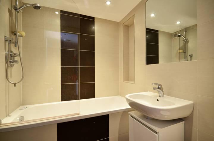 <b>Bathroom</b><span class='dims'> 6'5 x 5'11 (1.96 x 1.80m)</span>