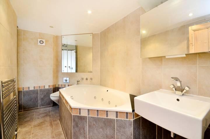 <b>Bathroom</b><span class='dims'> 10&#39; x 5&#39;6 (3.05 x 1.68m)</span>