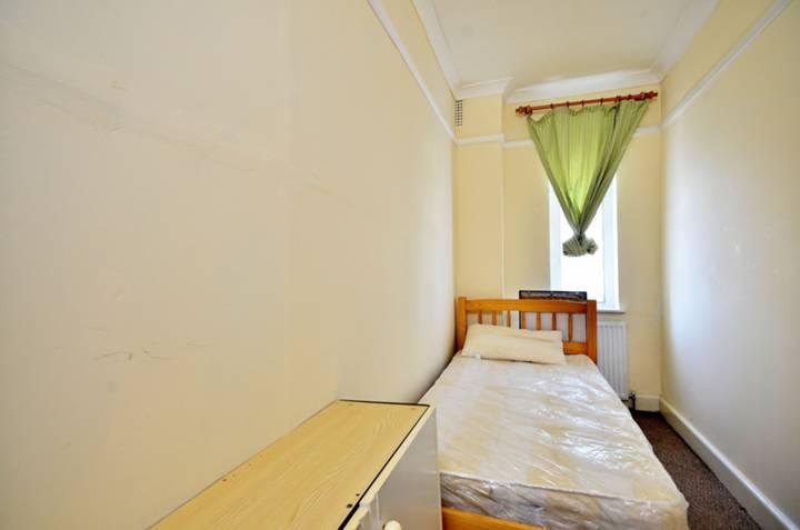 <b>Second Bedroom</b><span class='dims'> 14'9 x 5' (4.50 x 1.52m)</span>