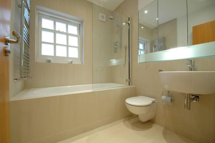 <b>First Bathroom</b><span class='dims'> 6&#39;9 x 5&#39;9 (2.06 x 1.75m)</span>