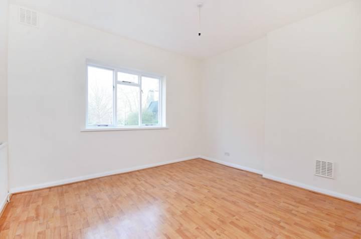 <b>Master Bedroom</b><span class='dims'> 13&#39;4 x 12&#39;2 (4.06 x 3.71m)</span>