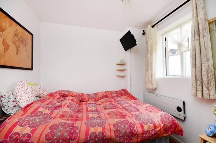 <b>Bedroom</b><span class='dims'> 8'9 x 7'9 (2.67 x 2.36m)</span>