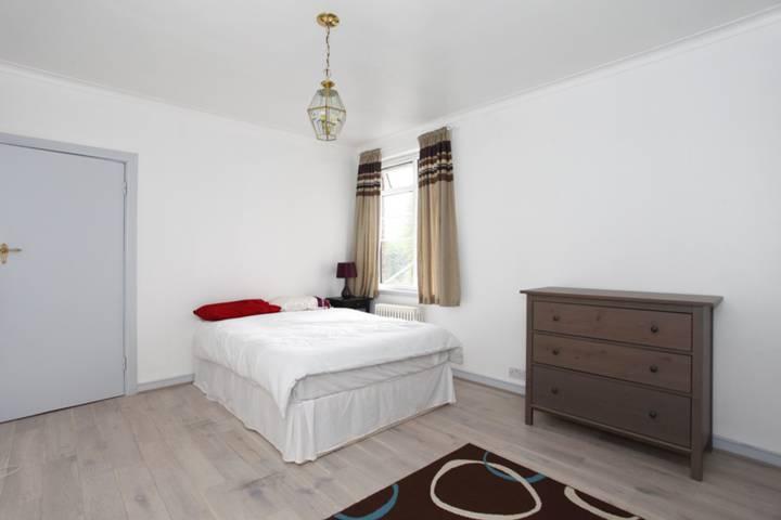 <b>Second Bedroom</b><span class='dims'> 15'2 x 11'5 (4.62 x 3.48m)</span>
