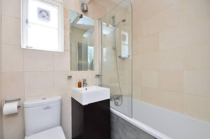 <b>Bathroom</b><span class='dims'> 6'4 x 4'10 (1.93 x 1.47m)</span>