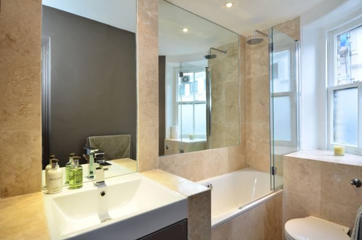 <b>En Suite Bathroom</b><span class='dims'> 9'8 x 4'11 (2.95 x 1.50m)</span>