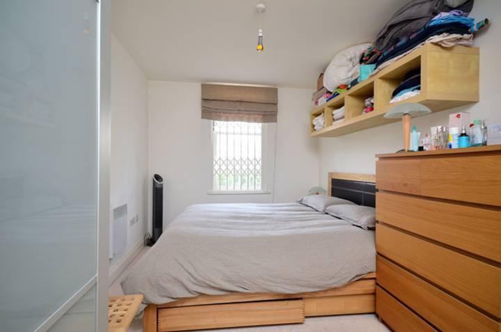 <b>Bedroom</b><span class='dims'> 14'11 x 8'10 (4.55 x 2.69m)</span>