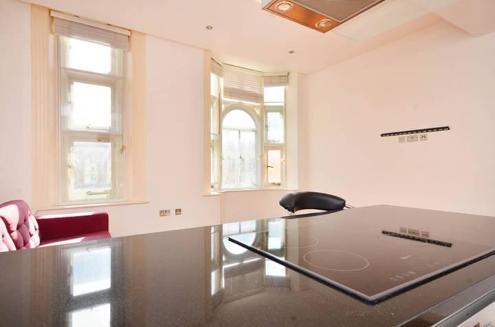 <b>Reception Room/Kitchen</b><span class='dims'> 17&#39;5 x 14&#39;8 (5.31 x 4.47m)</span>