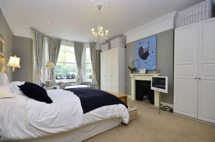 <b>Master Bedroom</b><span class='dims'> 21' x 14'3 (6.40 x 4.34m)</span>