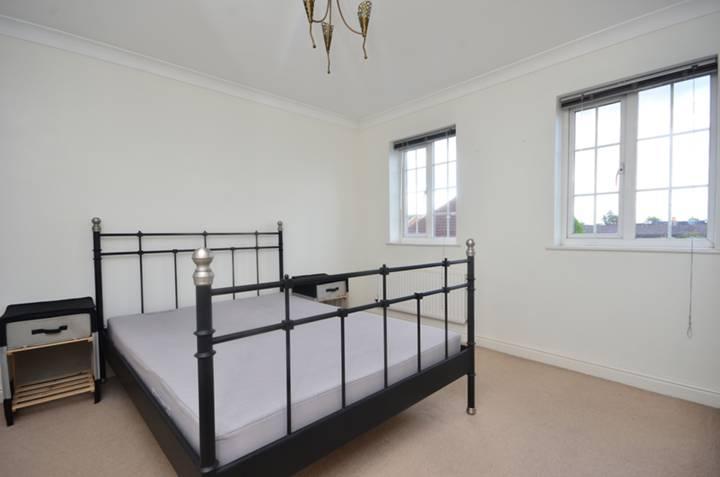 <b>Master Bedroom</b><span class='dims'> 12&#39;5 x 11&#39;11 (3.78 x 3.63m)</span>