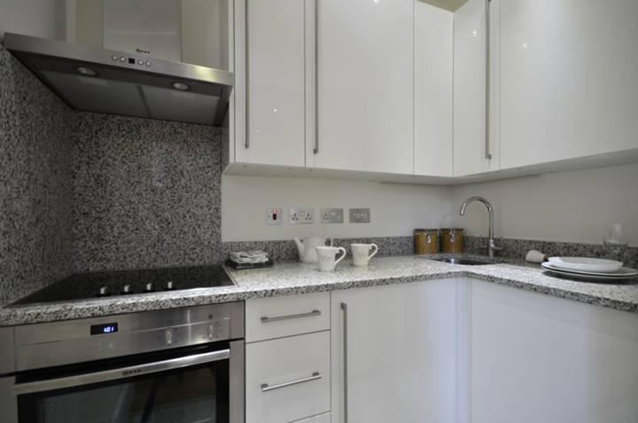 <b>Kitchen</b><span class='dims'> 7 x 4'3 (2.13 x 1.30m)</span>