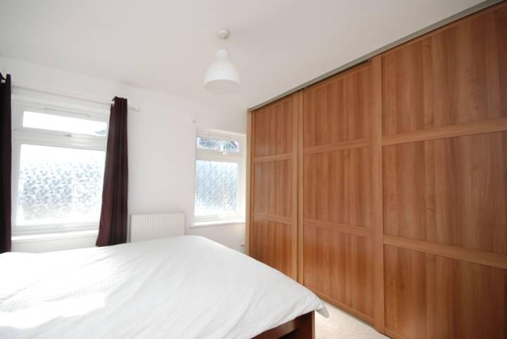 <b>Main Bedroom</b><span class='dims'> 11'6 x 9'9 (3.51 x 2.97m)</span>