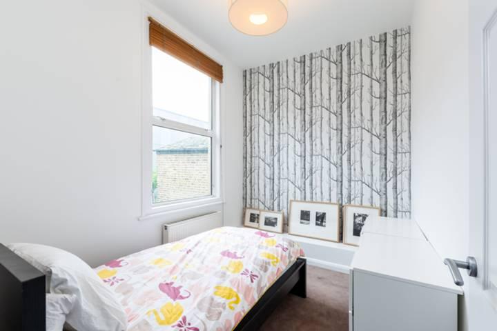 <b>Master Bedroom</b><span class='dims'> 14&#39;3 x 10&#39;7 (4.34 x 3.23m)</span>