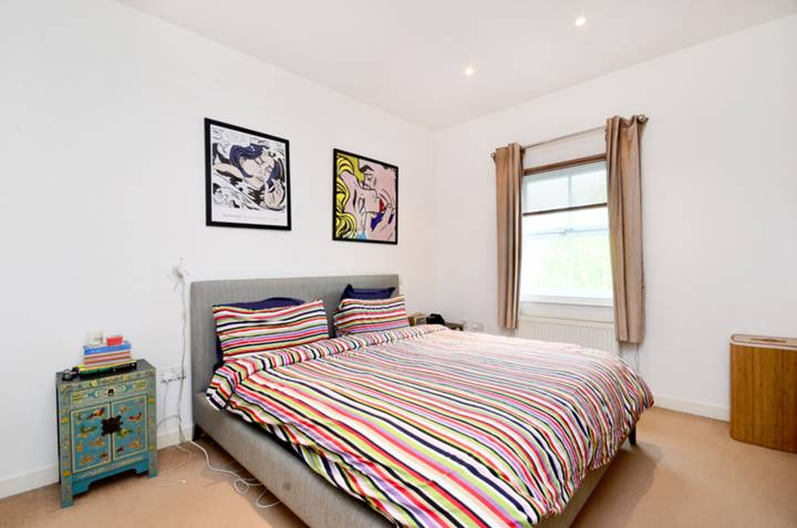 <b>Master Bedroom</b><span class='dims'> 16'5 x 12'2 (5.00 x 3.71m)</span>