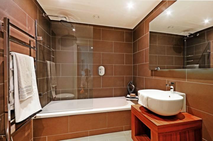 <b>Bathroom</b><span class='dims'> 7&#39;2 x 6&#39;9 (2.18 x 2.06m)</span>