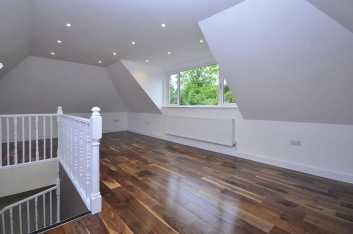 <b>Main Bedroom</b><span class='dims'> 27'3 x 16'6 (8.31 x 5.03m)</span>