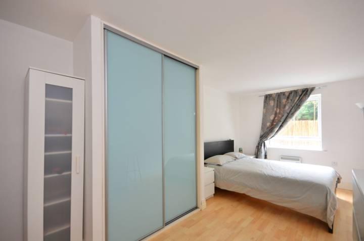 <b>Master Bedroom</b><span class='dims'> 17'9 x 9'4 (5.41 x 2.84m)</span>