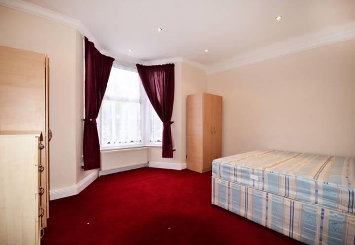 <b>Master Bedroom</b><span class='dims'> 15&#39;8 x 13&#39;6 (4.78 x 4.11m)</span>