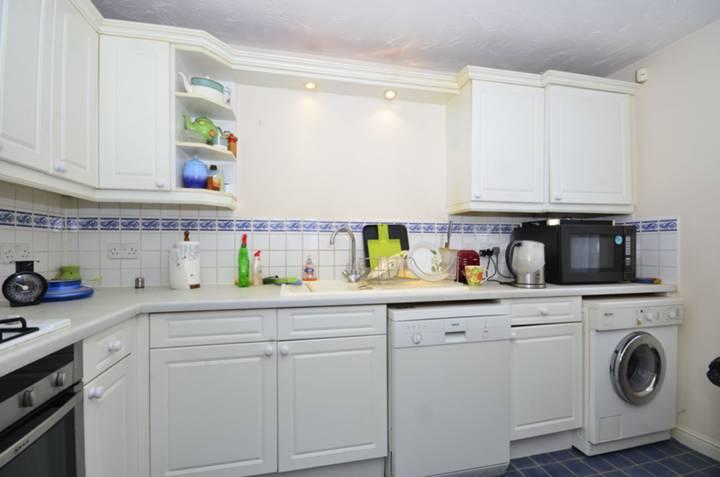 <b>Kitchen</b><span class='dims'> 11 x 8'4 (3.35 x 2.54m)</span>