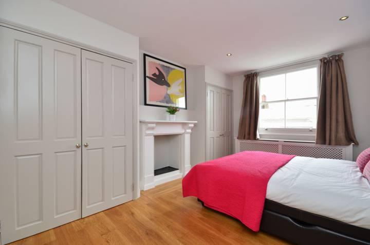 <b>Master Bedroom</b><span class='dims'> 14&#39;3 x 12&#39;3 (4.34 x 3.73m)</span>