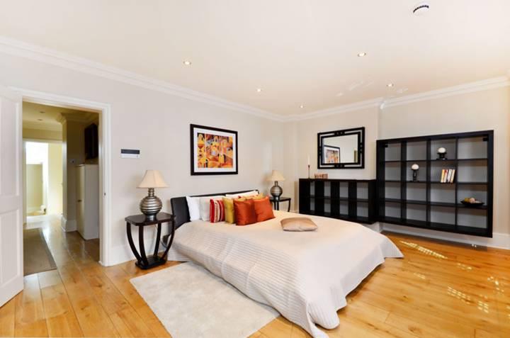 <b>Master Bedroom</b><span class='dims'> 23 x 21&#39;9 (7.01 x 6.63m)</span>