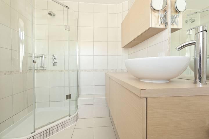 <b>En Suite Shower Room</b><span class='dims'> 10&#39;2 x 6&#39;4 (3.10 x 1.93m)</span>