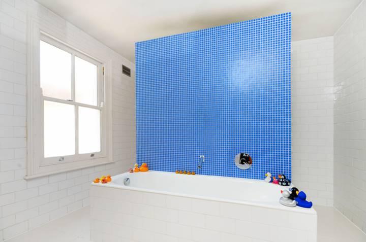 <b>Shower Room</b><span class='dims'> 10'8 x 10'5 (3.25 x 3.17m)</span>