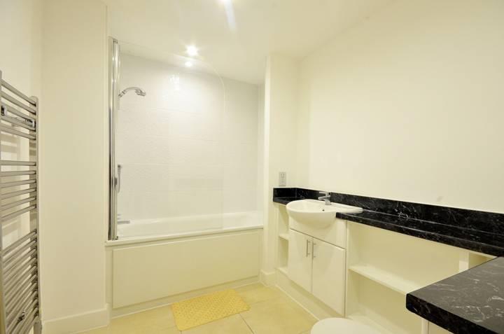 <b>Bathroom</b><span class='dims'> 8'5 x 6' (2.57 x 1.83m)</span>