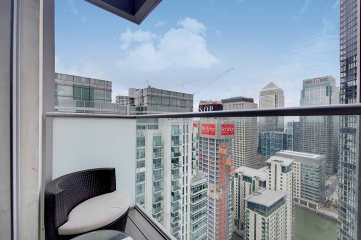 <b>Master Bedroom</b><span class='dims'> 17'7 x 13'1 (5.36 x 3.99m)</span>